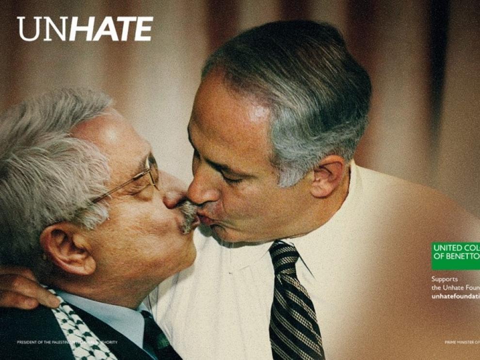 Beso del líder de la ANP y el isarelí Benhamin Netanyahu