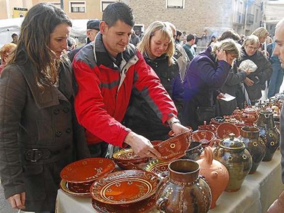 El público mira uno de los puestos de la Feria de Artesanía de Naval del año pasado.