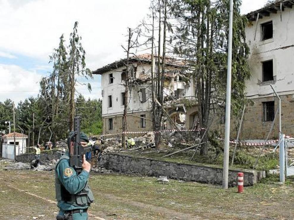 Imagen del estado en que quedó la casa cuartel de la Guardia Civil de Legutiano.