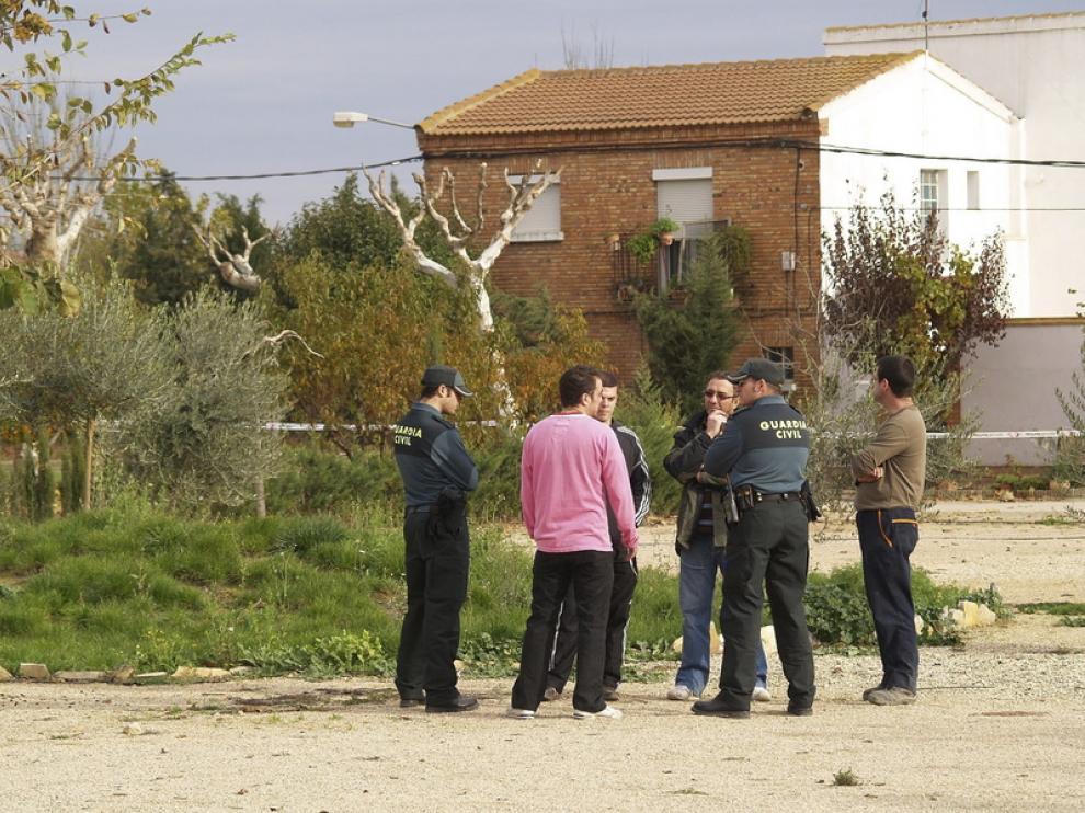 Responsables municipales y Guardia Civil, en el recinto acordonado, ante la casa de la afectada.