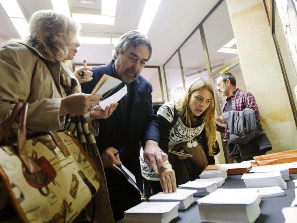 Belloch ha ido a votar acompañado de su mujer y sus hijas