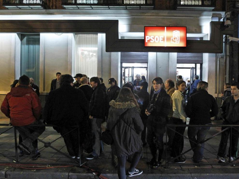 Decenas de personas se reúnen ante la sede del PSOE