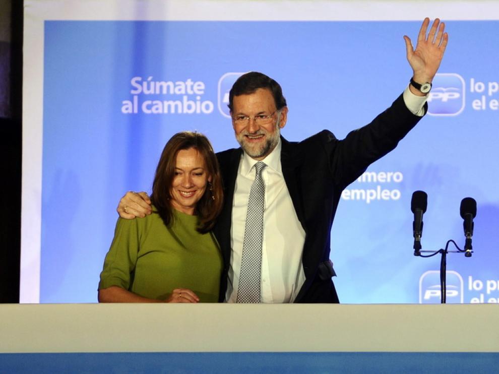 Rajoy, con su esposa, en el balcón de la sede del PP