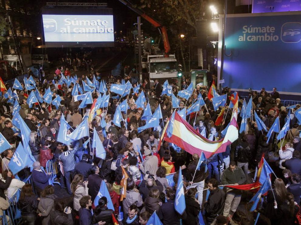 Cientos de personas se reúnen ante la sede del PP en Madrid a la espera de la aparición de Rajoy