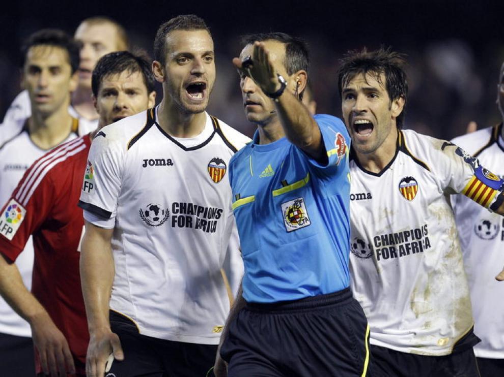 Los jugadores valencianistas protestan una decisión arbitral