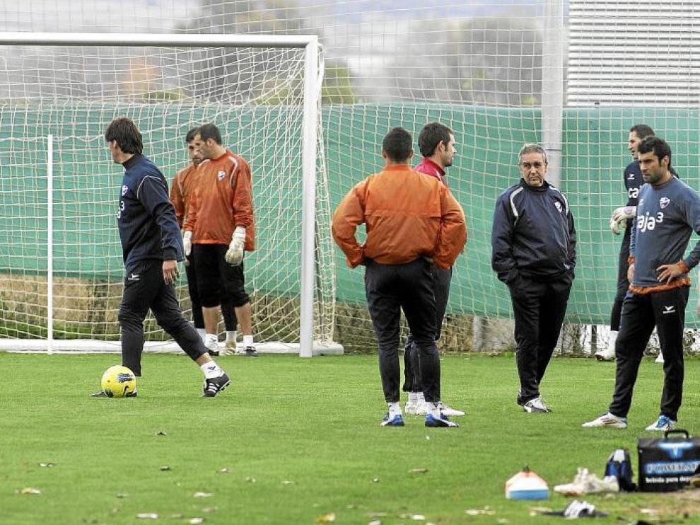 Imagen de la sesión de ayer, con Quique Hernández charlando con algunos futbolistas y miembros del cuerpo técnico.