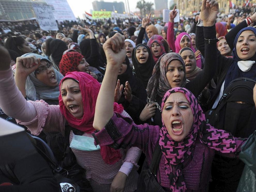 Las protestas continúan en la plaza Tahrir de El Cairo, a pesar de la propuesta de la Junta Militar de convocar un referéndum para decidir su continuidad.