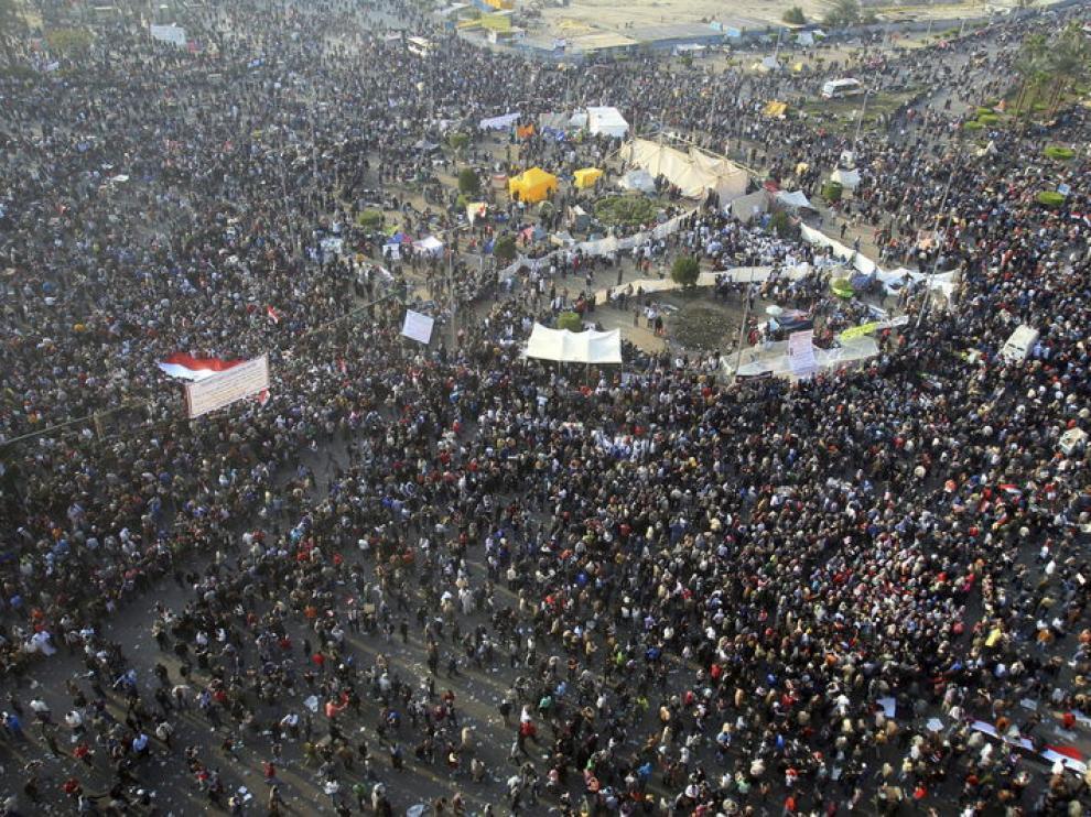 Vista general de los manifestantes en la Plaza Tahrir de El Cairo este martes