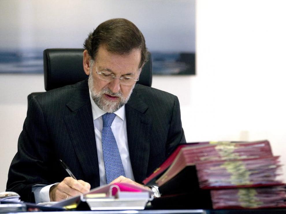 El líder del PP, Mariano Rajoy, trabajando en su despacho.