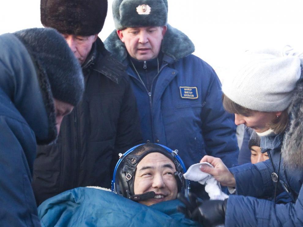 Uno de los tripulantes de la nave Soyuz tras el aterrizaje
