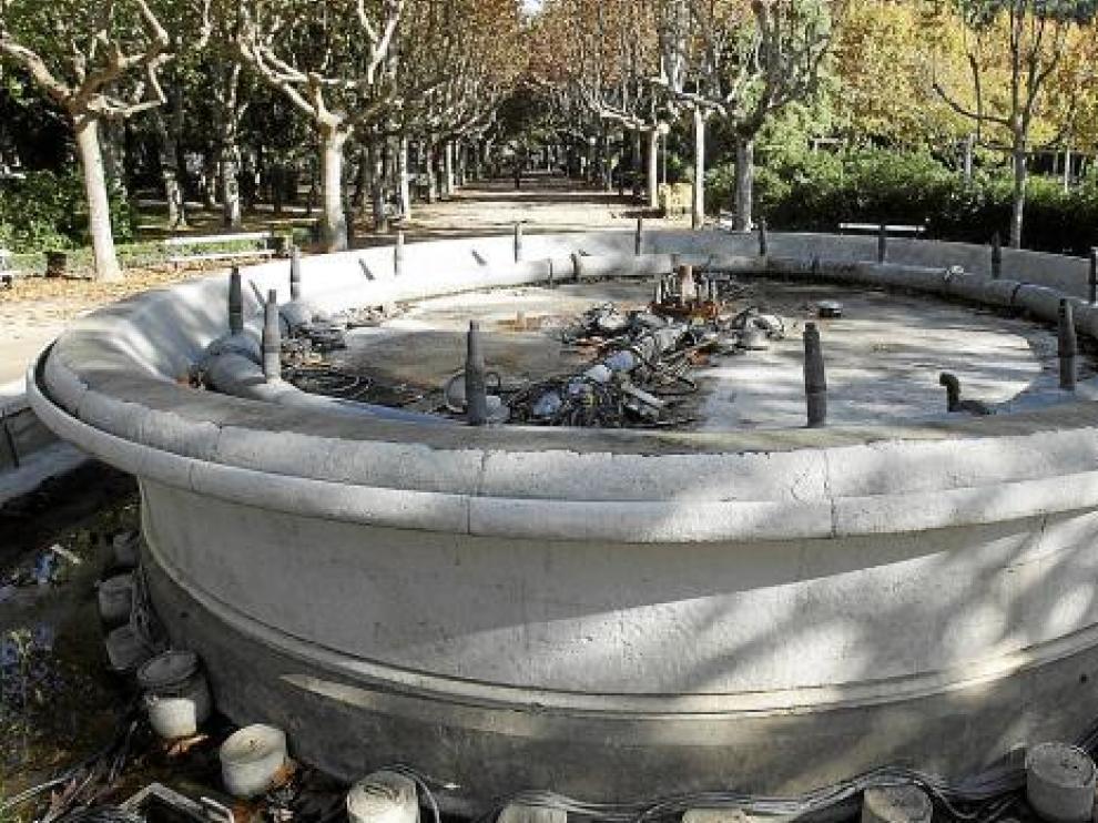 La fuente del parque de Miguel Servet está inservible desde 2006 por la inclinación del vaso.