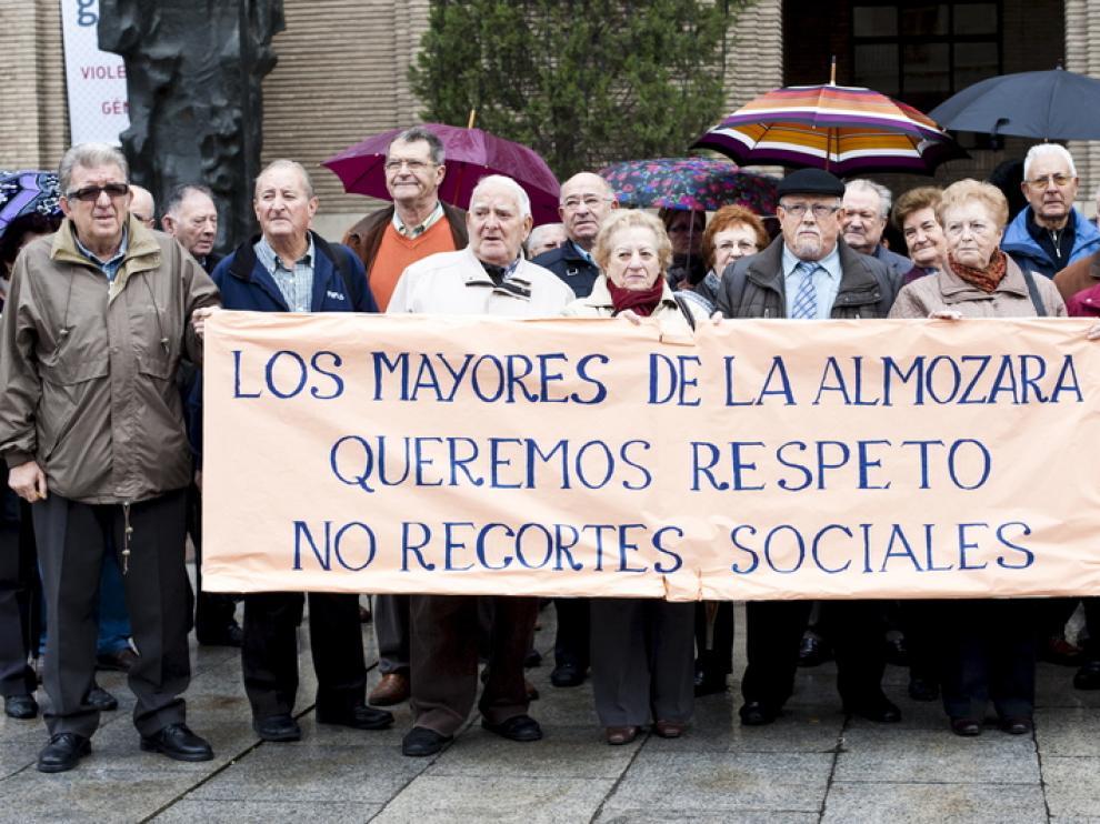 Los mayores, con una pancarta reivindicativa