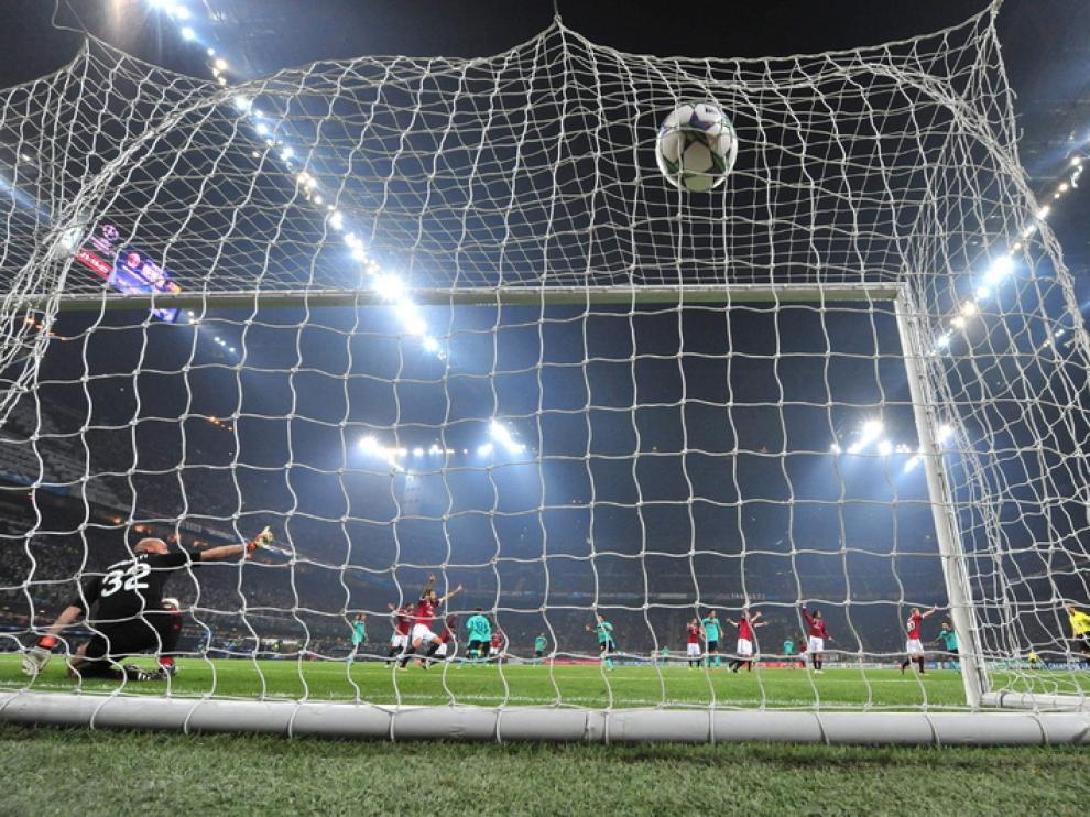 Leo Messi encaja al Milan un gol de penalti