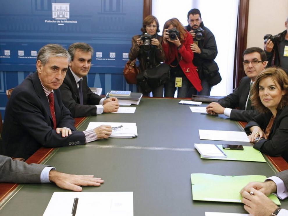 El ministro de la Presidencia, Ramón Jáuregui (i), y la dirigente del PP Soraya Sáenz de Santamaría, durante su primera reunión en el Palacio de la Moncloa