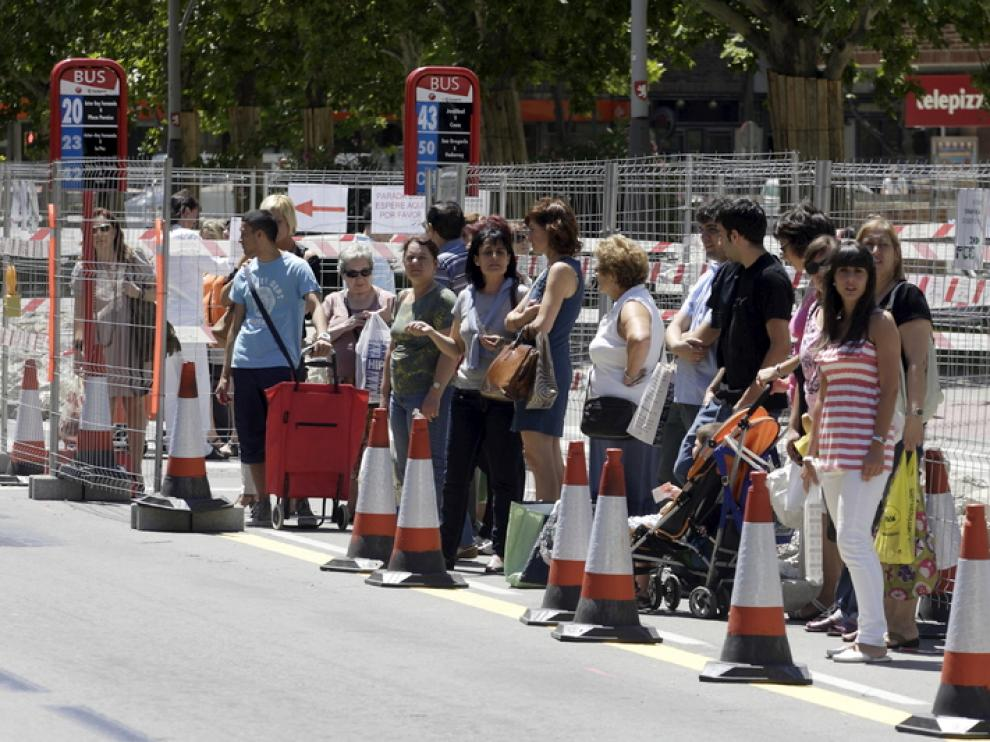 Imagen de archivo de una parada de autobús en el Actur durante las obras del tranvía
