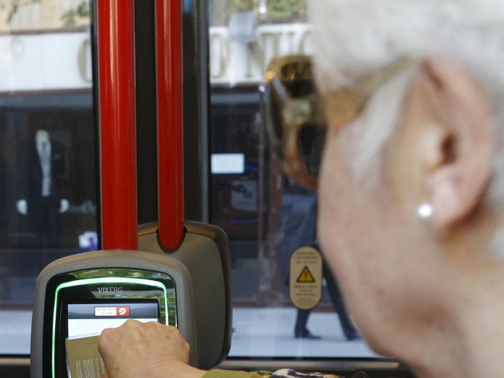 Una mujer valida la tarjeta de pensionista sin que problema aparente
