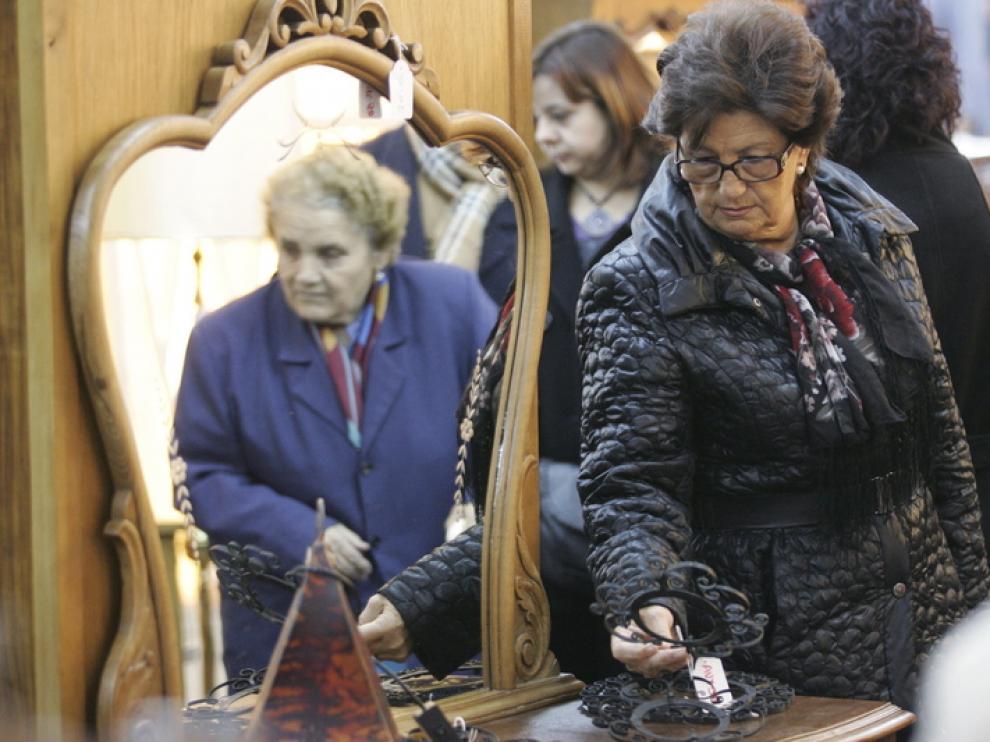 El rastrillo solidario de Cáritas recibió a numerosos compradores durante todo el día de ayer.