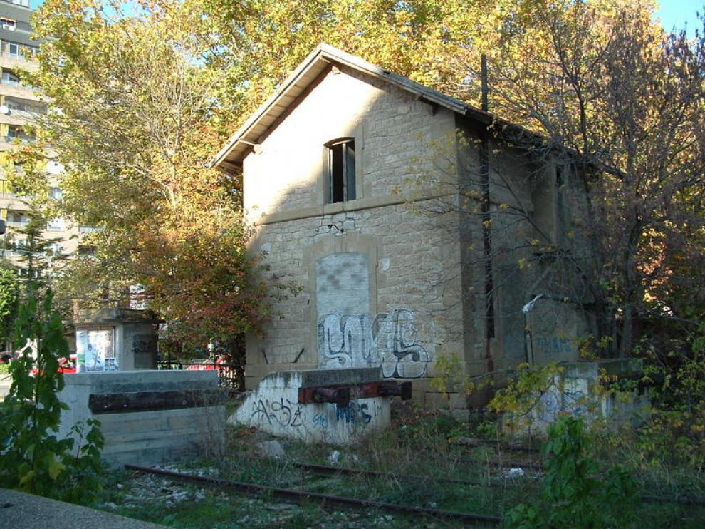 Los malecones de cemento, frente a la vieja casa del guardaagujas