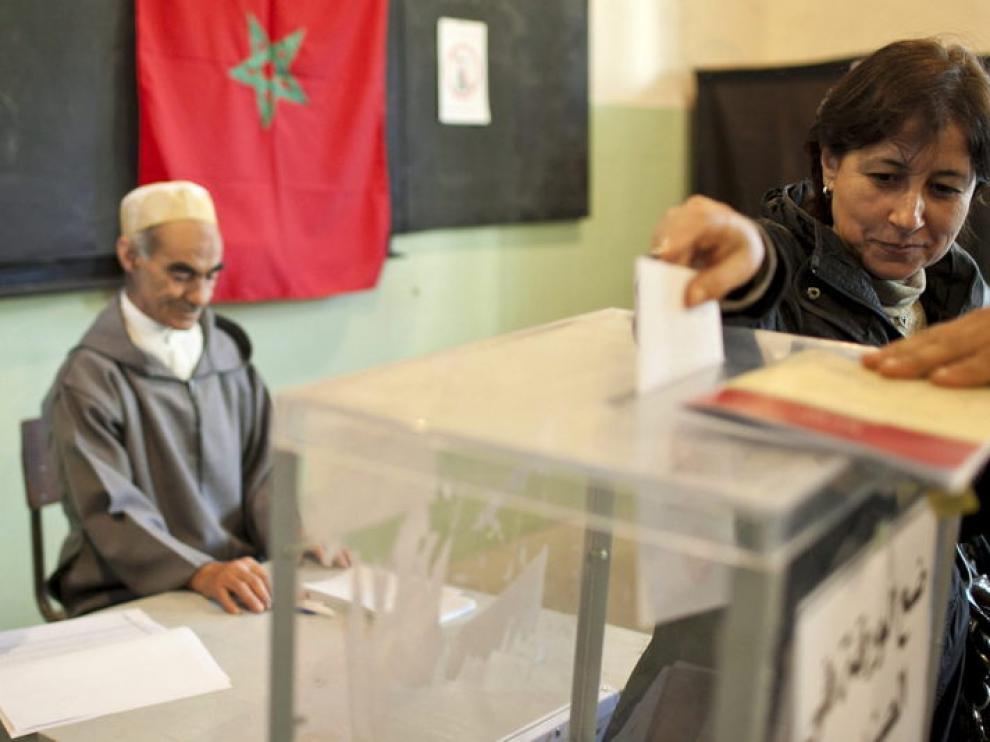 Una mujer vota en un colegio electoral en Rabat