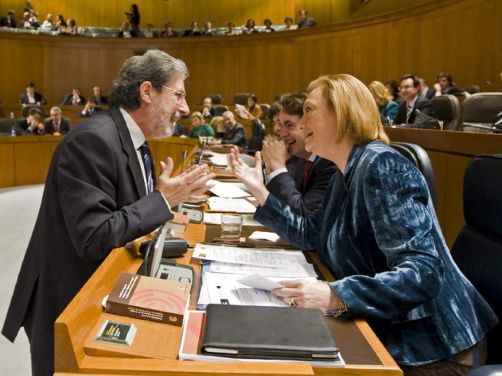 Adolfo Barrena dialoga con Rudi durante el pleno de las Cortes