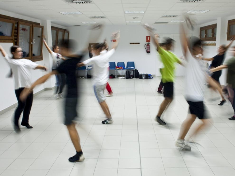 Varios jóvenes toman clases de jota en un Centro Cívico, en una imagen de archivo