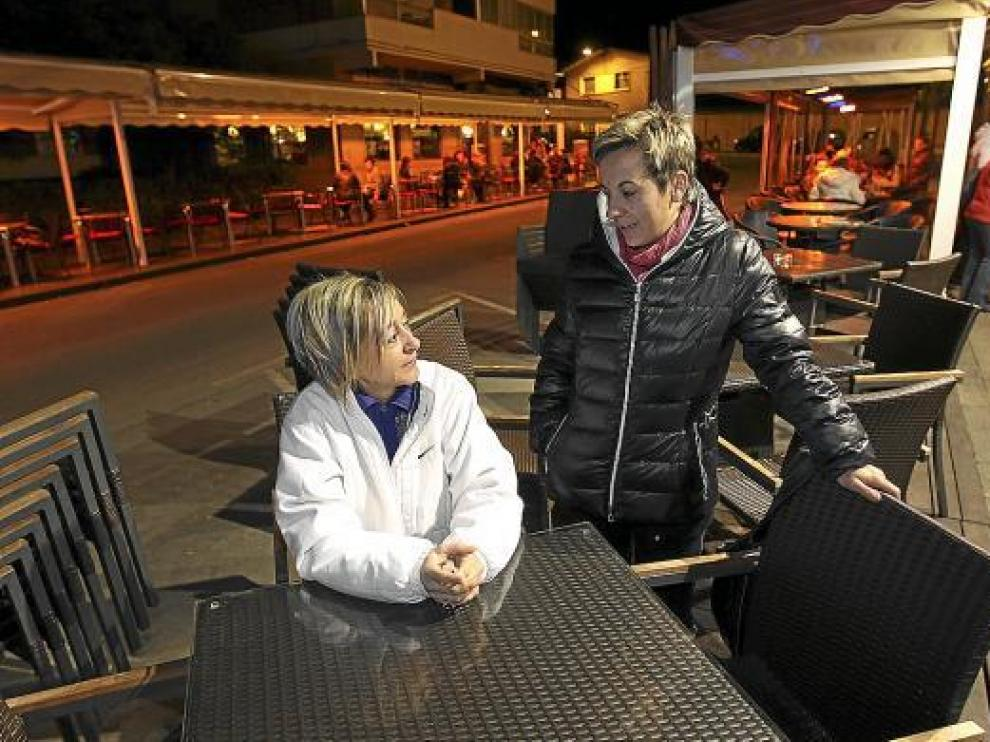 Eva y María Luisa, propietarias del bar al que el Ayuntamiento ha levantado la terraza.