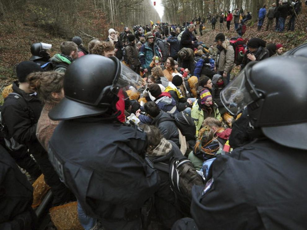 Activistas antinucleares bloquean las vias del tren durante una protesta contra el transporte de residuos radioactivos en Dannenberg