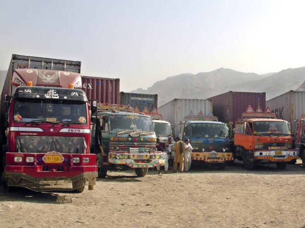 Camiones de la OTAN, detenidos en la frontera de Pakistán