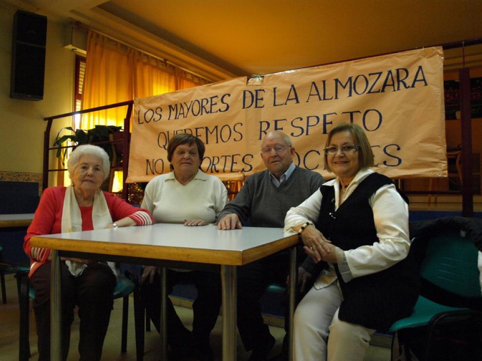 Varios de los jubilados, delante de una pancarta reivindicativa