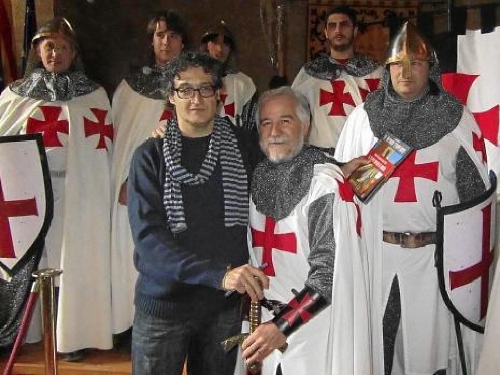 Juanfer Briones posa con los actores vestidos de templarios que pusieron color al acto.