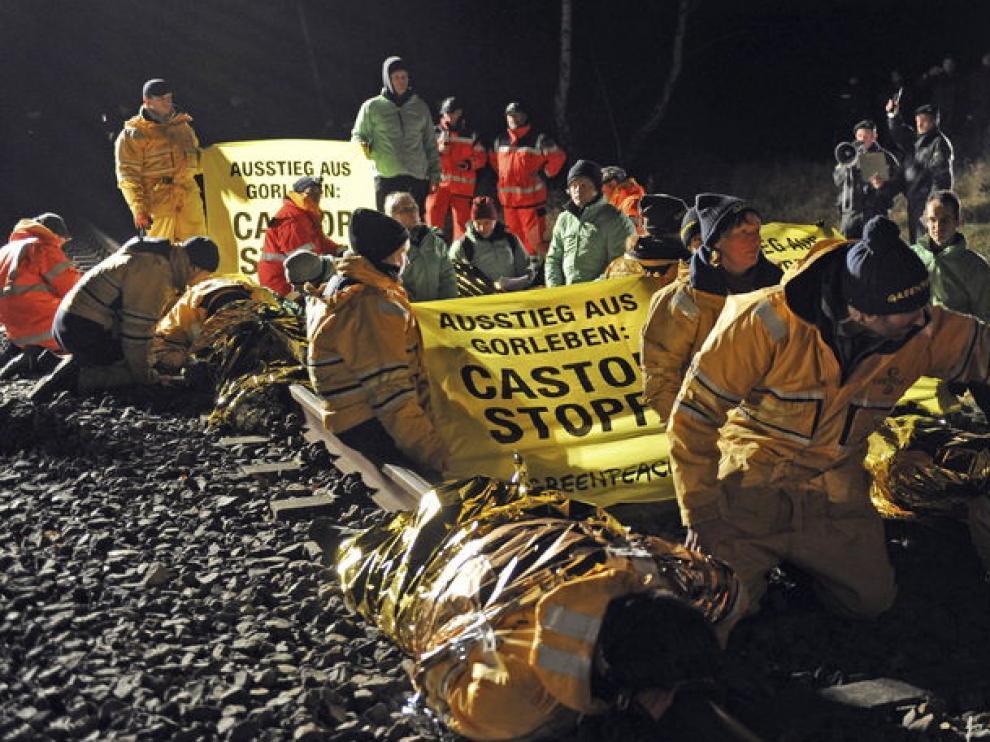 Decenas de manifestantes se han apostado en las vías del tren