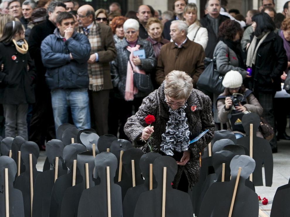 Acto en memoria de las víctimas de accidentes de tráfico celebrado en la plaza del Pilar