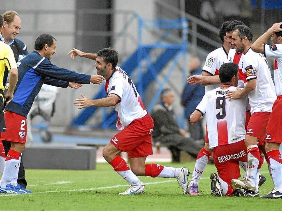 Roberto, con el nueve, se abraza a sus compañeros