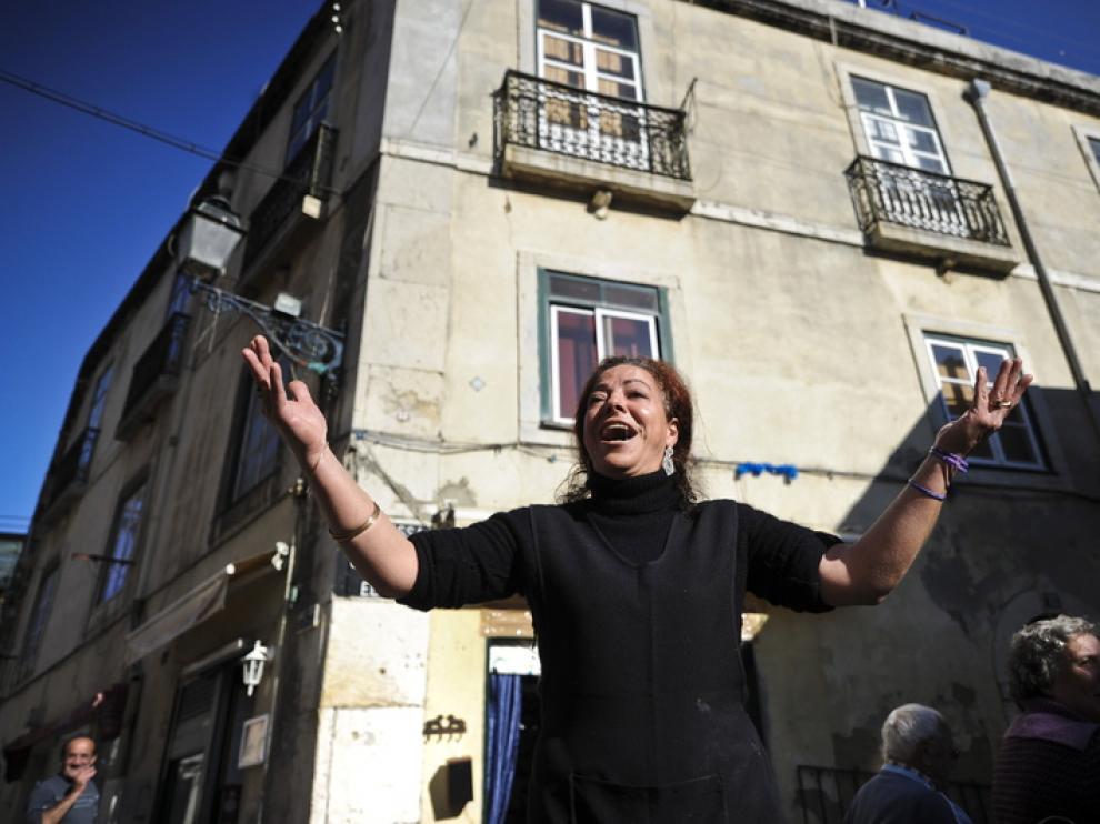 Una cantante de fados en el barrio lisboeta de Alfama