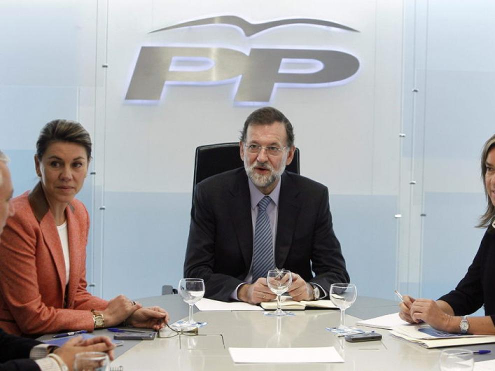 El líder del PP, Mariano Rajoy, acompañado de la secretaria general, María Dolores de Cospedal (i) y la vicesecretaria de Organización del PP, Ana Mato, durante la reunión que mantuvo hoy en Génova con los miembros del Comité de Dirección de su partido