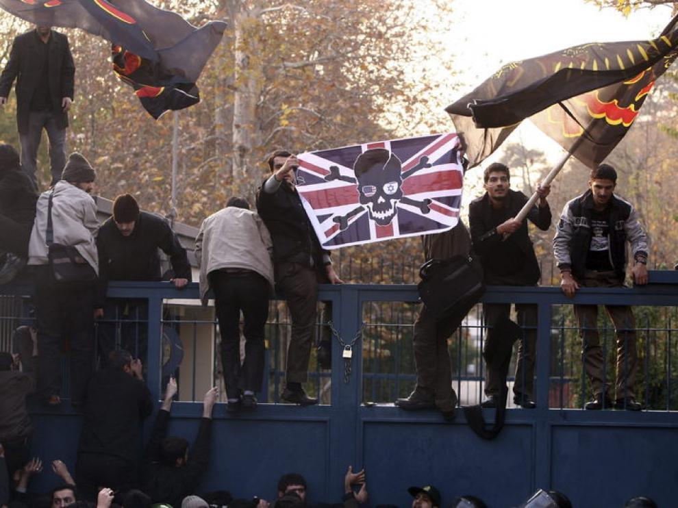 Estudiantes islámicos a la entrada de la embajada británica en Teherán