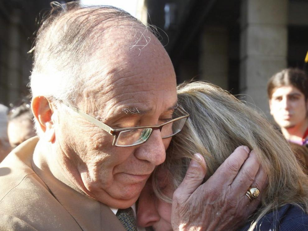 El abuelo de Marta consuela a la madre de la joven tras el juicio