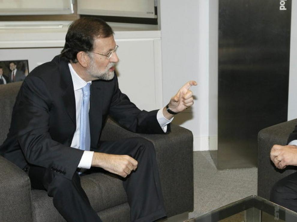 El líder del PP, Mariano Rajoy (i), conversa con el vicepresidente de la Comisión Europea y comisario de Industria y Emprendimiento, Antonio Tajani
