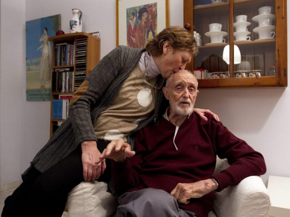 El escritor acompañado de su mujer, Olga Lucas