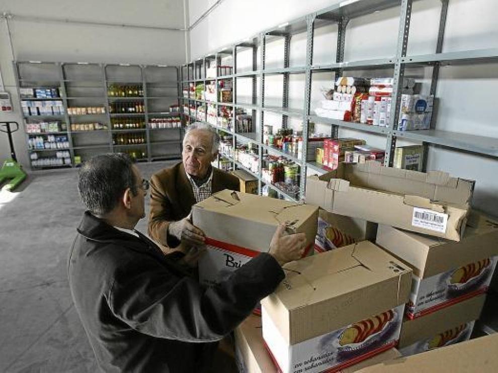 Varias personas visitaron ayer el nuevo almacén del Banco de Alimentos en su presentación.