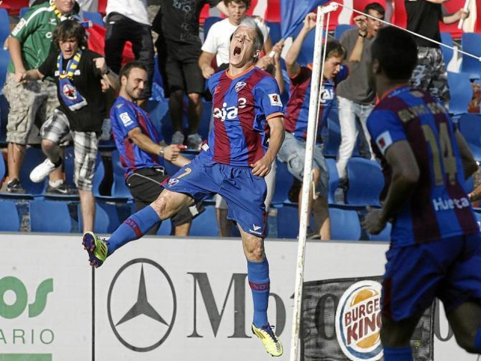 Javi Martínez celebra un gol