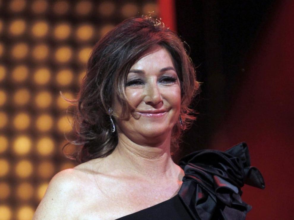 La presentadora, Ana Rosa Quintana, con el premio Ondas en sus manos.