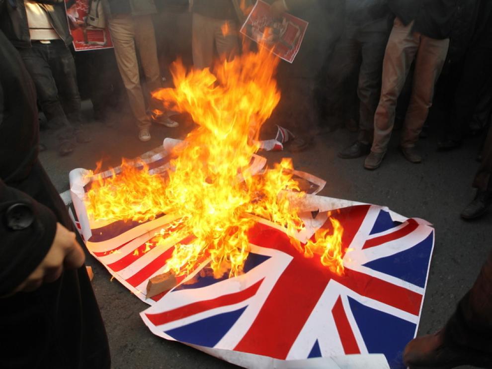 Los manifestantes queman una bandera británica