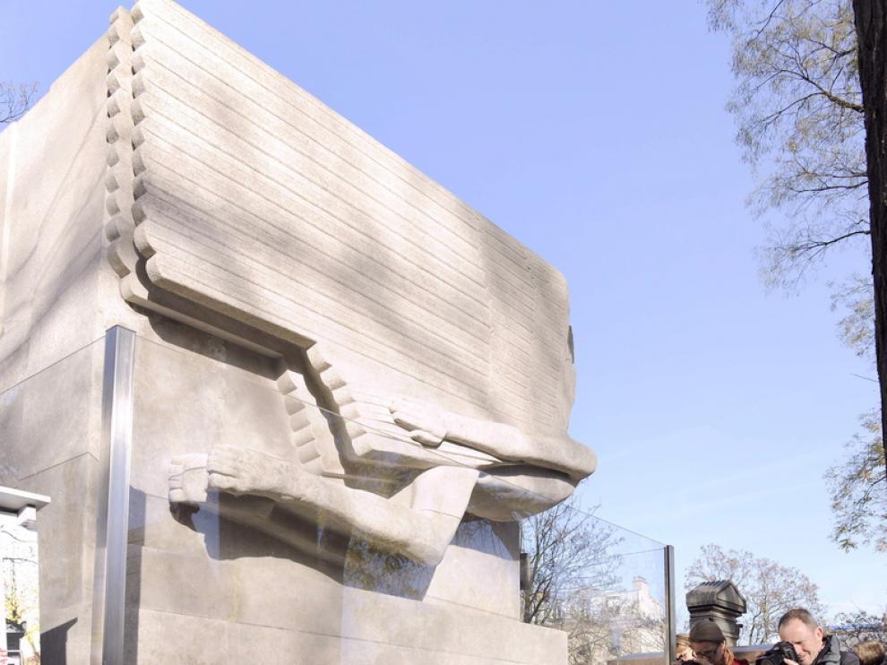 Acto en recuerdo del escritor ante su tumba en París