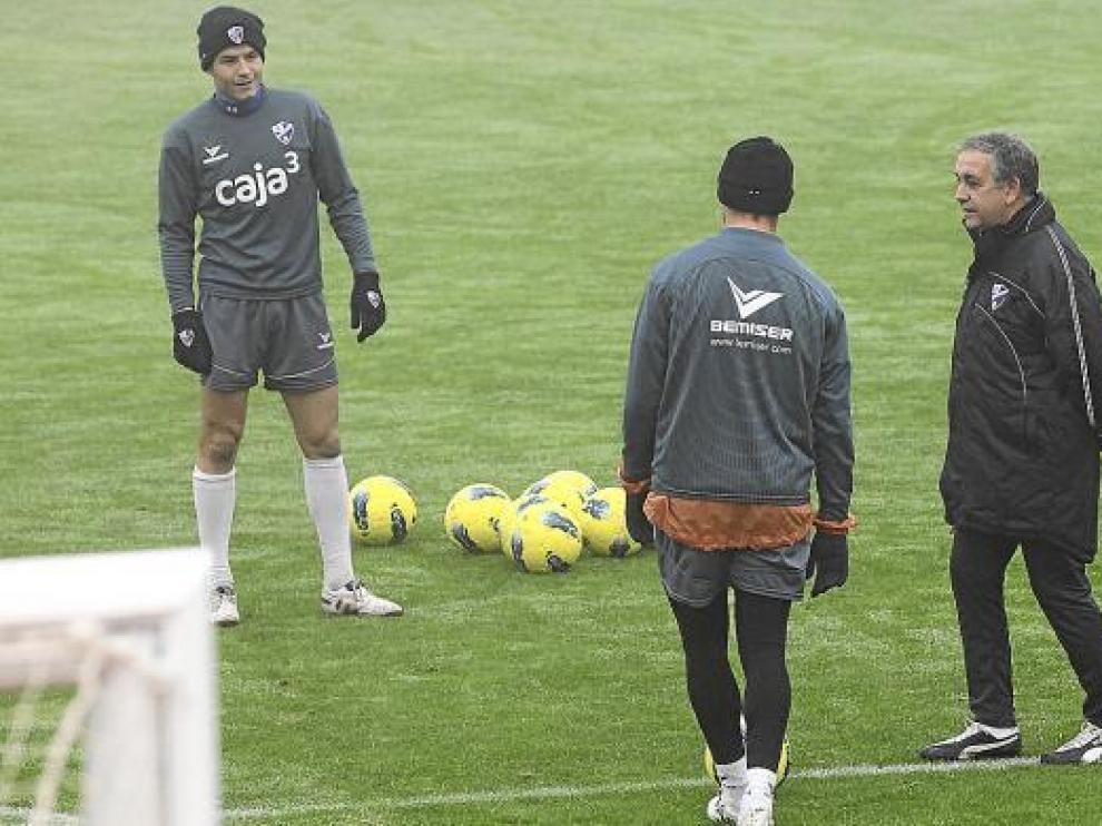 Quique Hernández (dcha.) conversa con Camacho y Helguera en el entrenamiento de ayer.