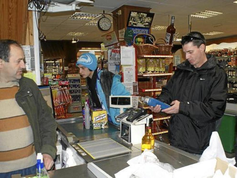 El supermercado de Parzán se volvió a llenar de clientes franceses poco después de reabrirse el túnel