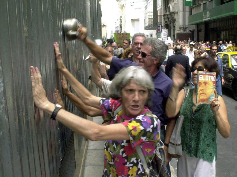 El corralito argentino sacó a la calle a los ahorradores que reclamaban su dinero