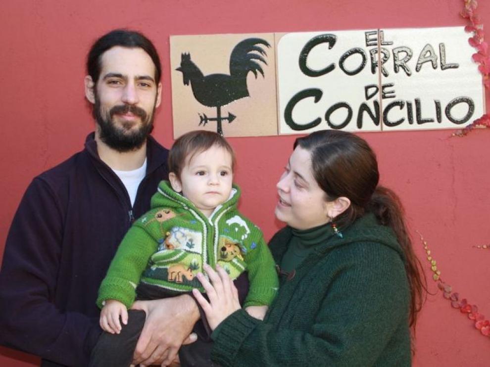 Jorge, Carlota y el pequeño Diego, en el hotel rural que han montado en Concilio.