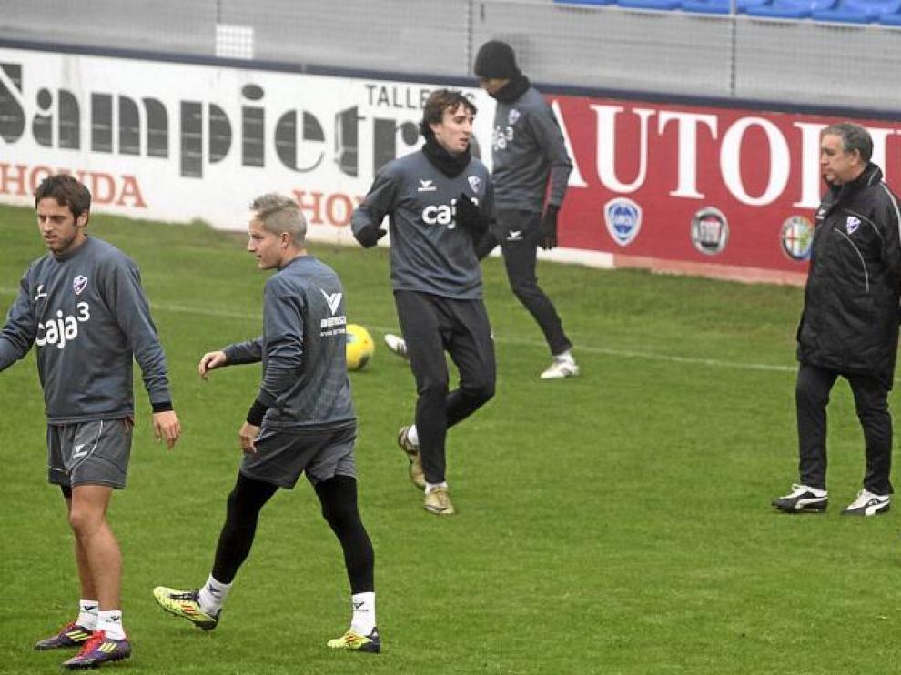 Varios futbolistas del Huesca, durante un entrenamiento de esta semana en el estadio de El Alcoraz.