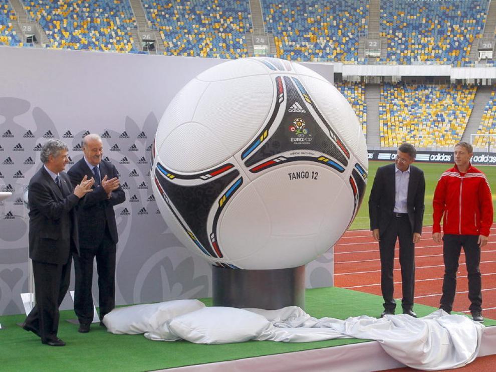 Ángel María Villar y Vicente del Bosque durante la presentación del balón oficial